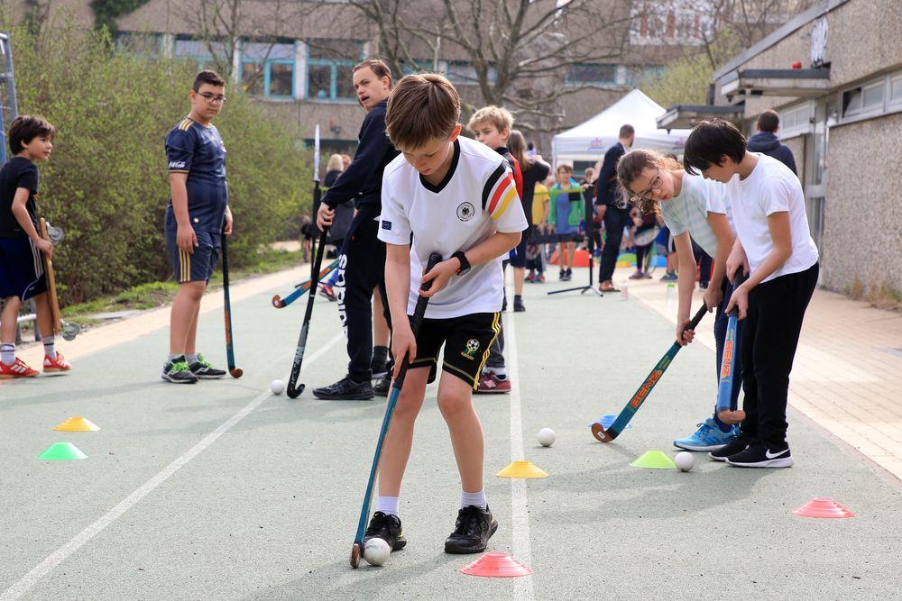 ?Beim Hockey-Parcours konnten sich die Kinder ausprobieren.