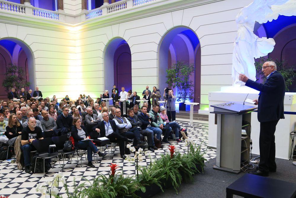 Klaus Böger eröffnet die Tagung