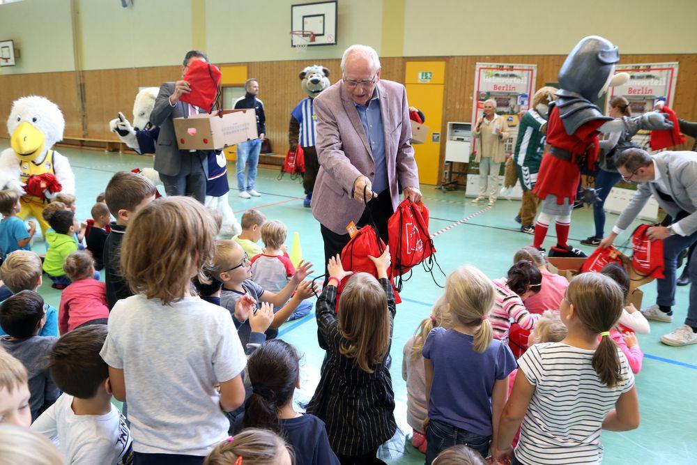 Klaus Böger verteilt die Turnbeutel